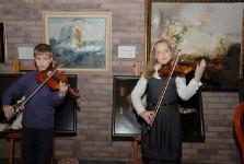 Юные скрипачи на открытии выставки Николая Рыбакова
