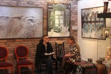 Евгения Аблязова дает интервью для Проспекта Мира